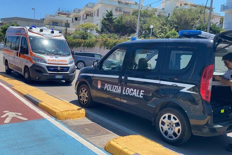 Ambulanza e Polizia locale sul lungomare