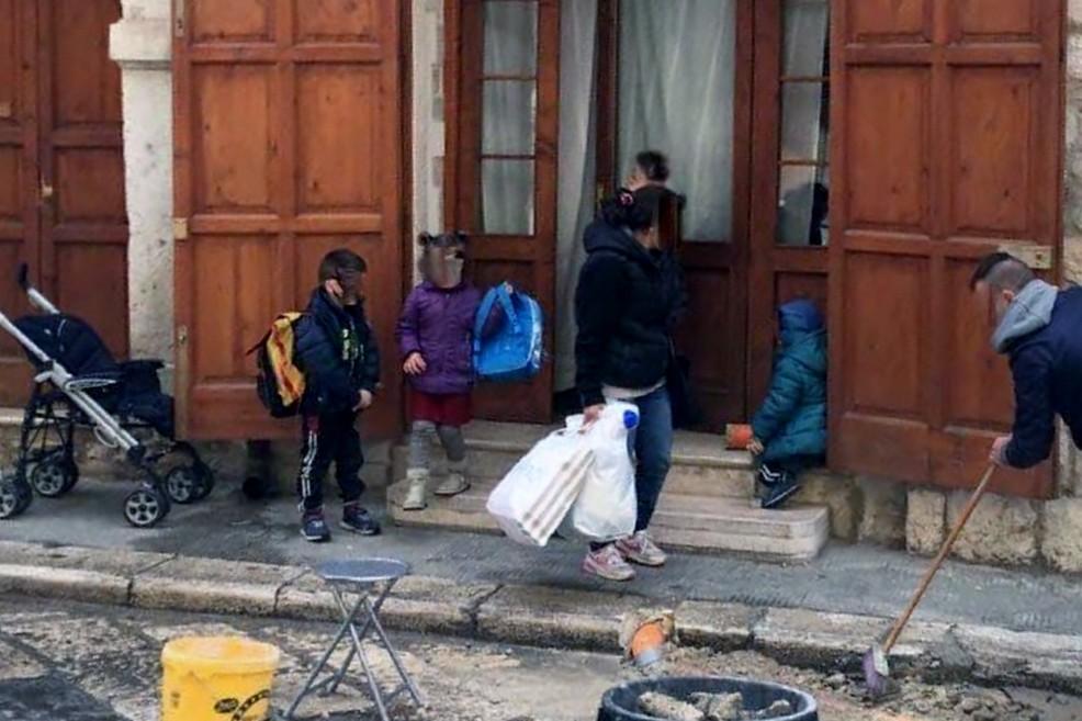 Casa Bovio, gli occupanti abusivi eseguono anche lavori per strada