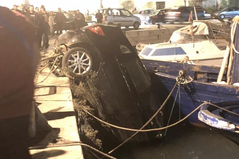 Auto nel porto di Trani