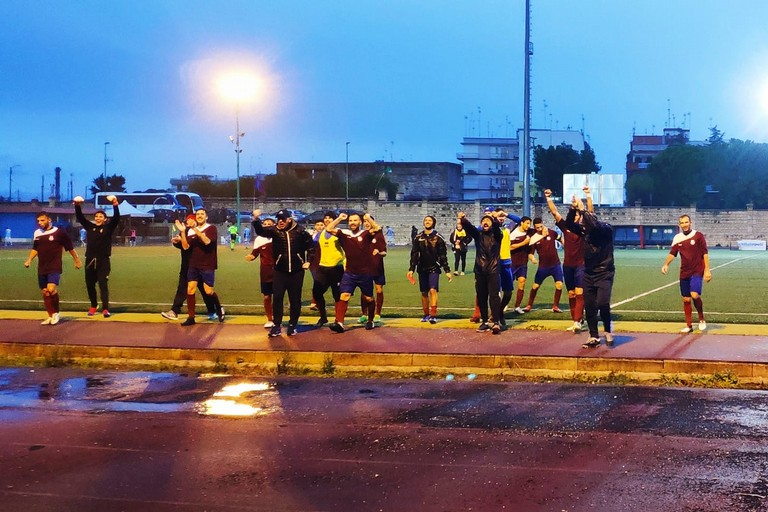 Il Trani ringrazia i tifosi presenti sotto la pioggia a Terlizzi