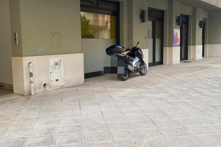 Moto sul marciapiede