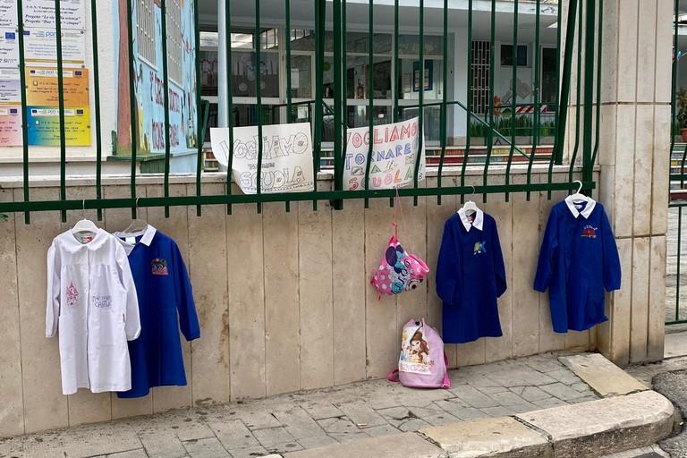 Protesta fuori scuole