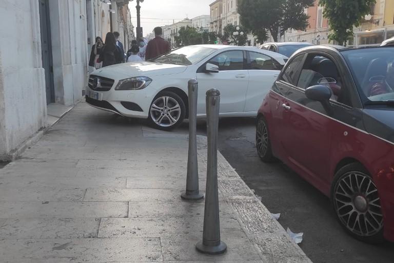Auto sul marciapiede