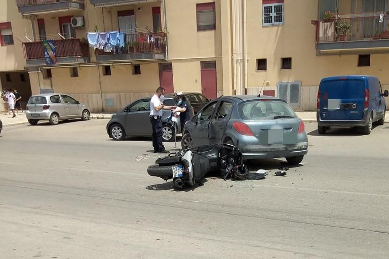 Scontro tra auto e moto in via Superga: un ferito