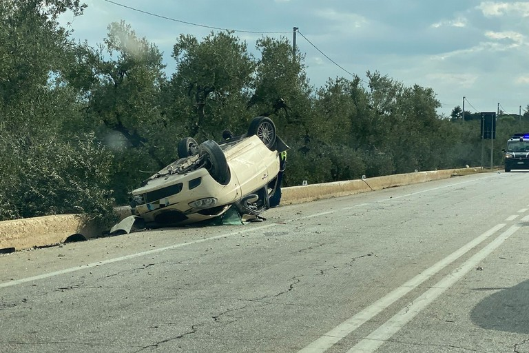 Grave incidente sulla Trani-Corato: auto si ribalta e finisce fuori strada