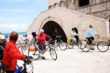 Turisti in bici alla Cattedrale di Trani