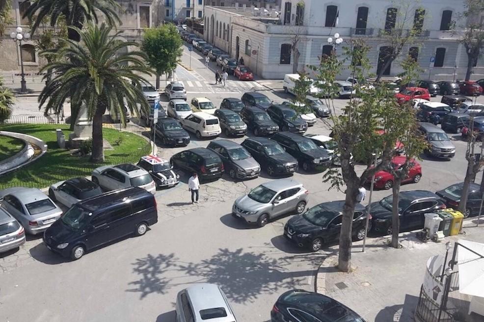 Piazza Plebiscito nel caos, auto anche in terza fila