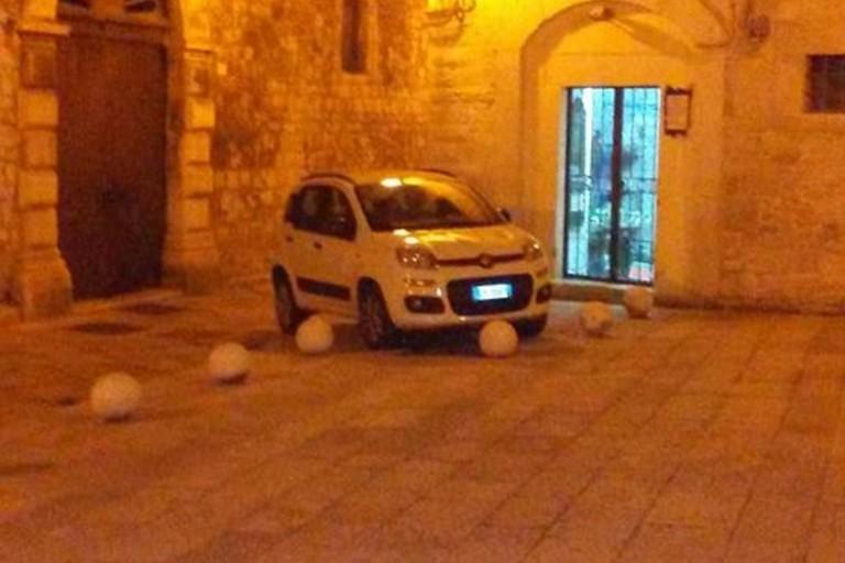 Auto parcheggiata sul marciapiede in via la Giudea