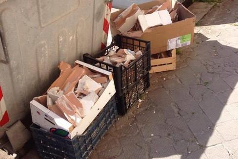Trani, materiale edilizio abbandonato in via Pietro Pansini
