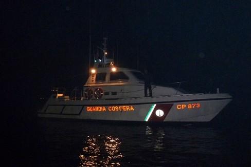 Imbarcazione di Trani urta la motovedetta della Guardia Costiera
