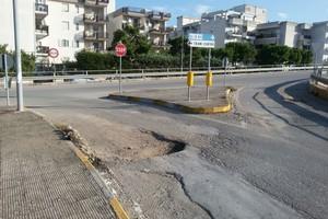 Buca stradale in via Grecia