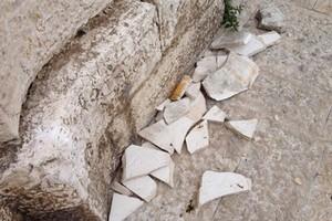 Resti della targa in pietra di palazzo Quercia