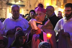 Monsignor Pichierri benedizione presepe a Natale