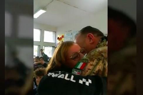 Il soldato Luca Tundo incontra sua figlia a sorpresa