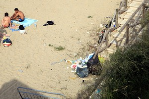 Spiagge sporche a Trani, la denuncia di Legambiente