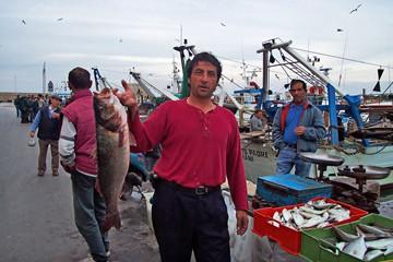 Pescatori sul porto di Trani