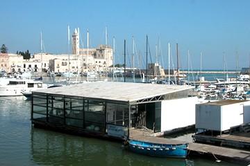 Piattaforma galleggiante nel porto di Trani