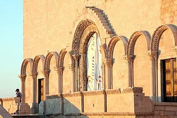 Portale della cattedrale realizzato dalla Domus Dei