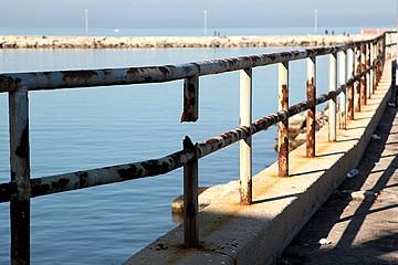 Ringhiere arrugginite nei pressi del molo Sant'Antuono
