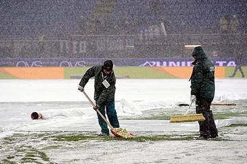 Maltempo, neve sul campo di calcio