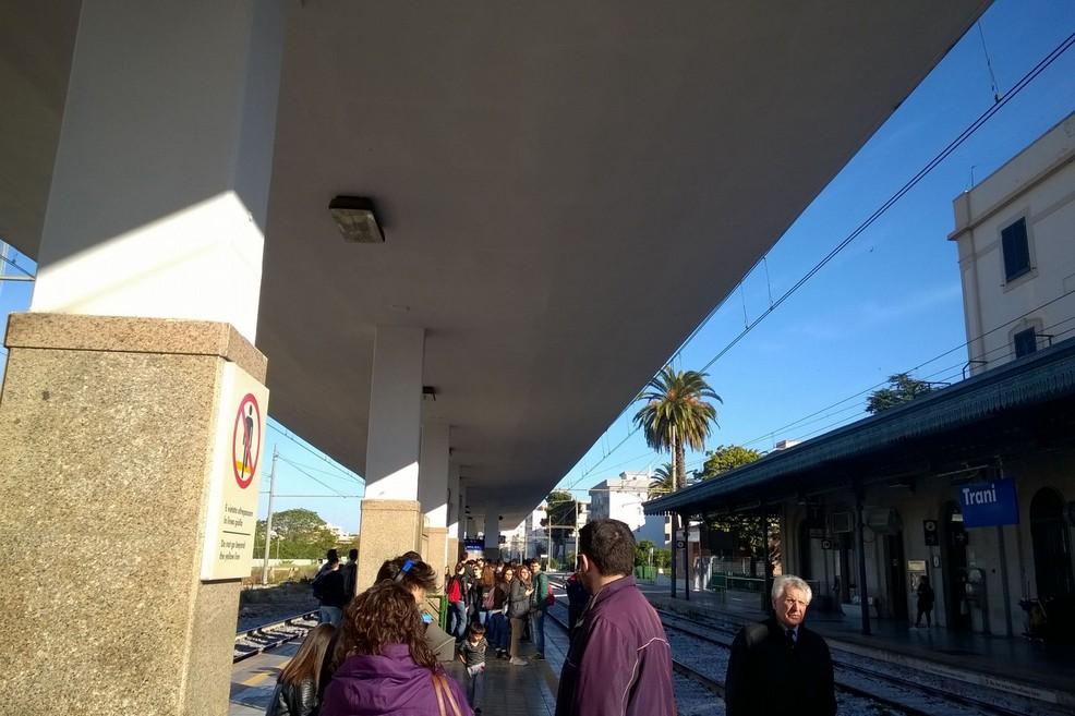 Stazione di Trani pendolari in attesa