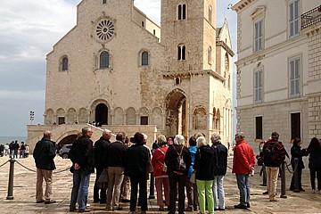 Turisti in visita a Trani