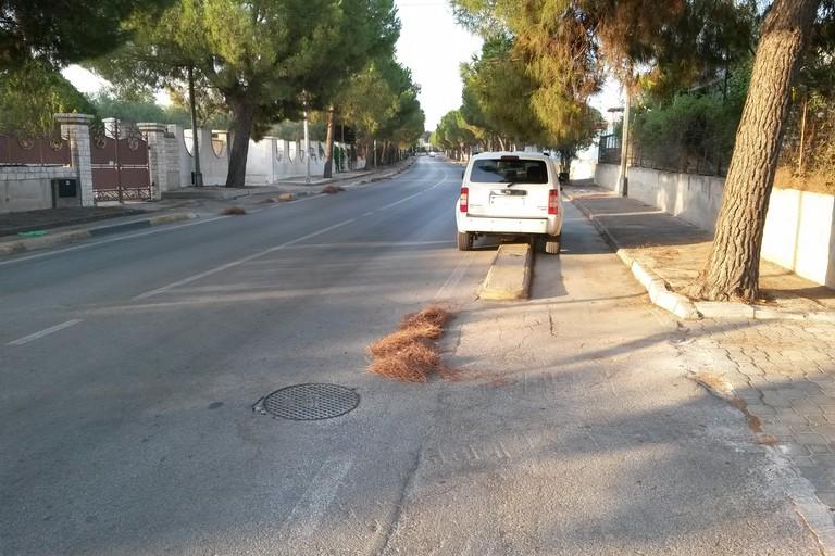 Parcheggio selvaggio in via Martiri di Palermo