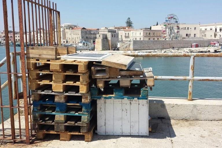 Casse di legno al Molo Sant'Antonio