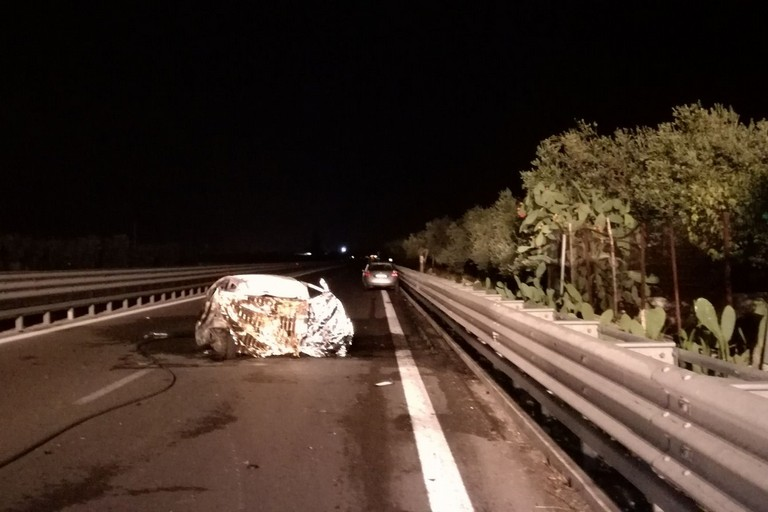 Trani, incidente stradale: tre morti carbonizzati