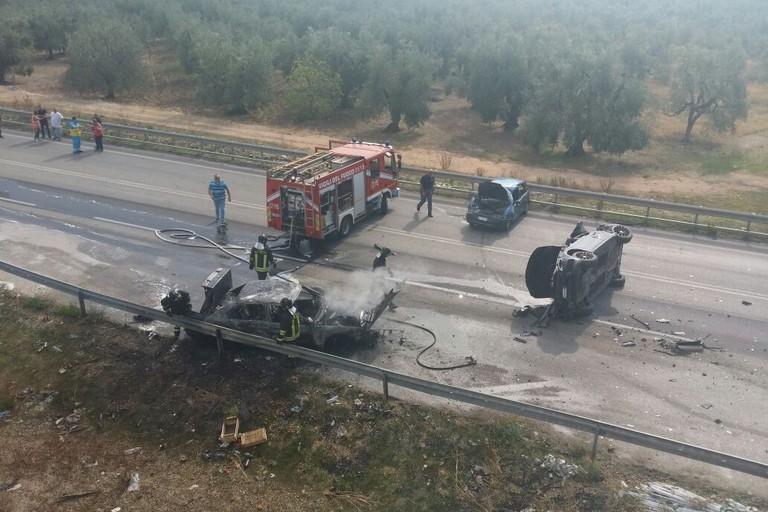 Auto a fuoco sulla Trani-Corato: quattro feriti
