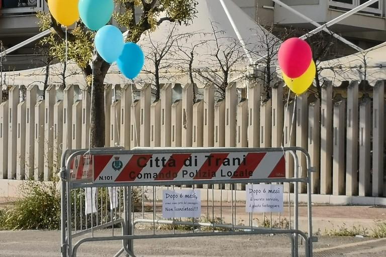 """La grata sconnessa di via Borsellino """"festeggia"""" sei mesi di vita con scritte e palloncini colorati"""