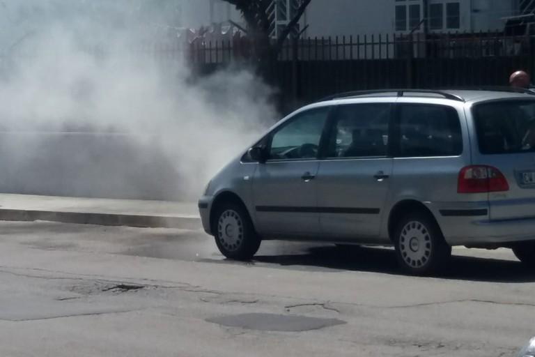 Fumo da un'auto in piazza Madre Teresa di Calcutta