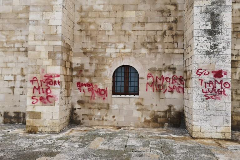 Scritte rosse sulla parete della cattedrale