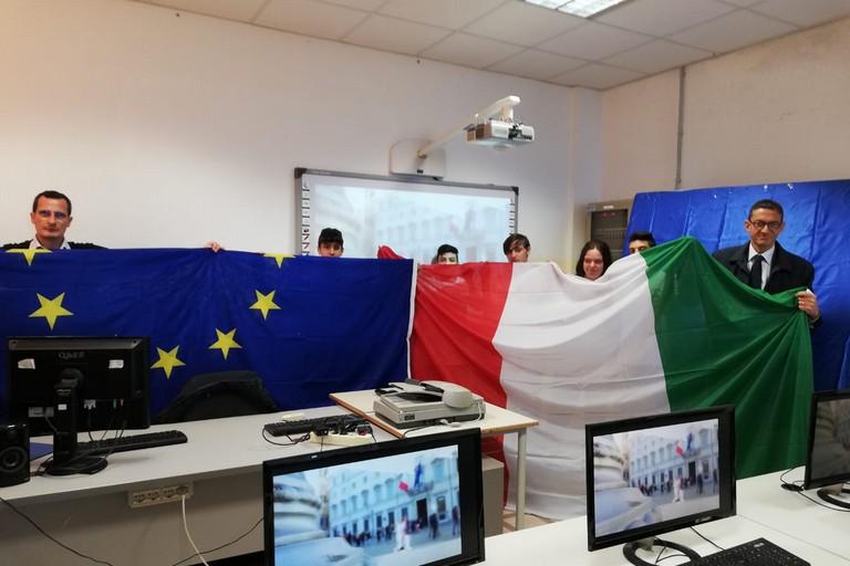 Consegna bandiere nelle scuole