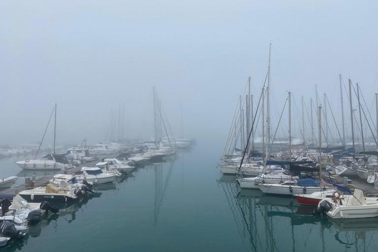 Porto immerso nella nebbia